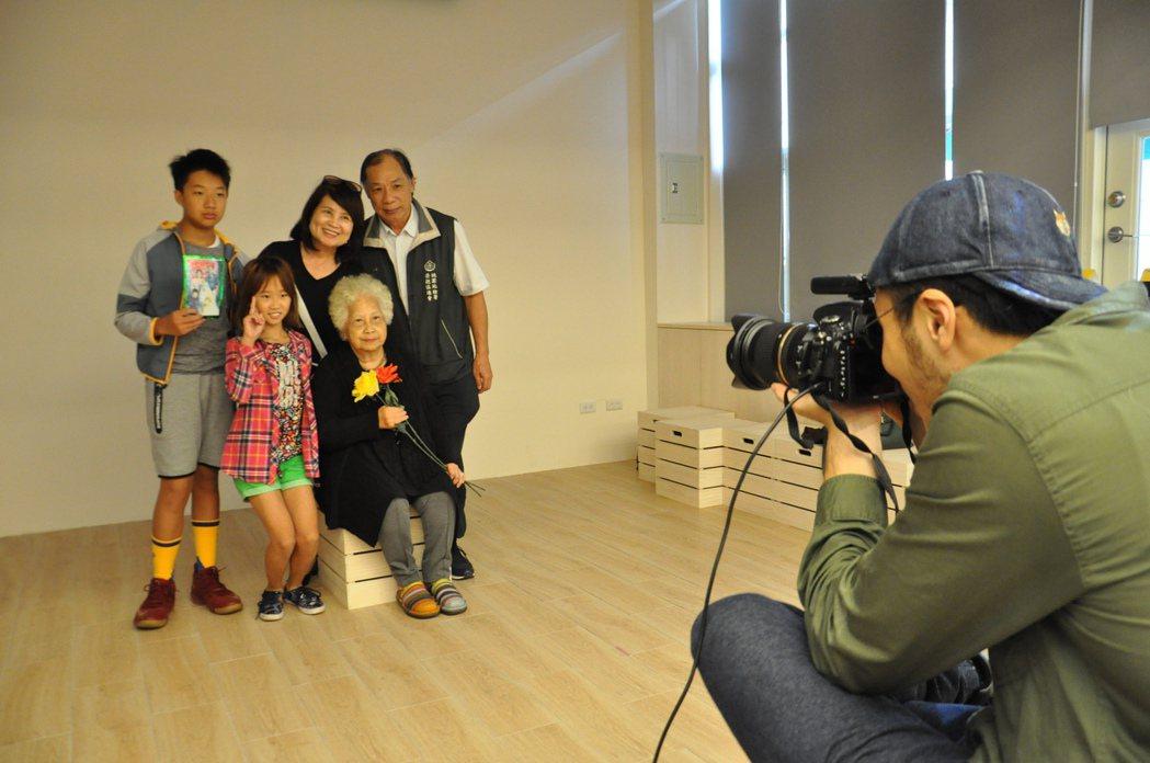 桃園專業攝影師替入選者拍復刻與全家福照片,留下珍貴照片。記者張裕珍/攝影