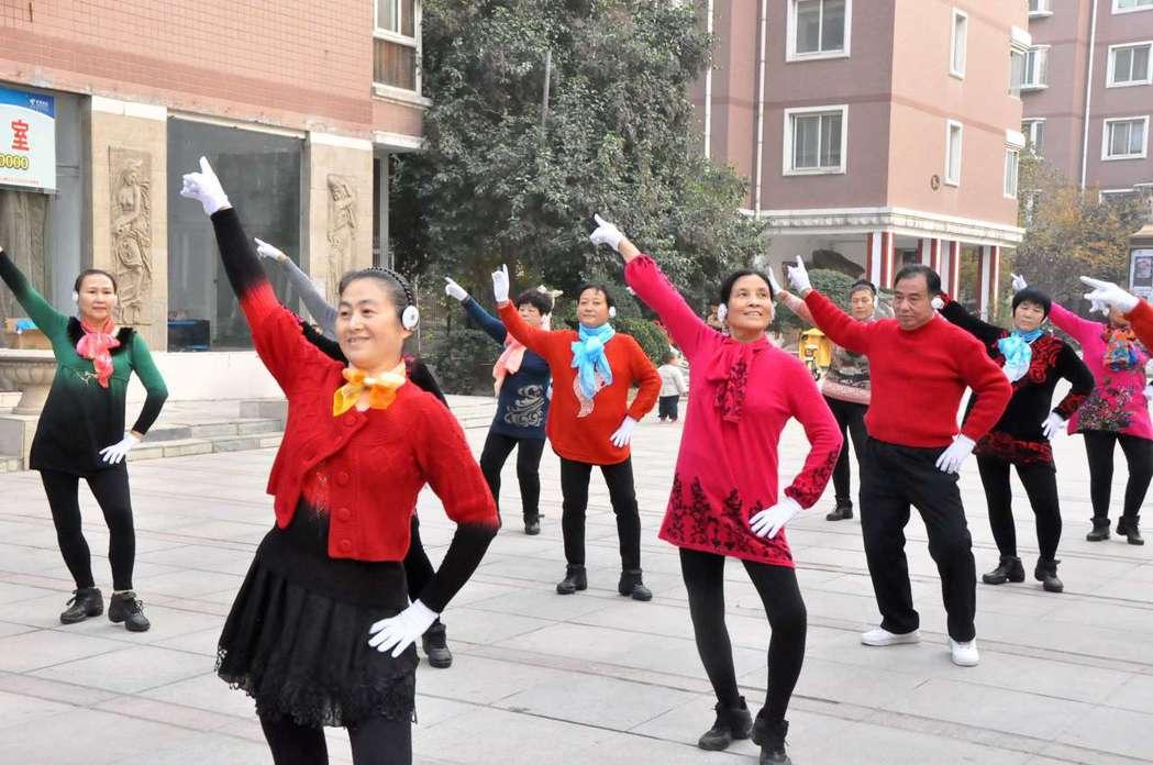 河南鄭州廣場舞參與者戴著無線耳機跳舞,既鍛煉身體又不會出現噪音擾民。 (中新社)