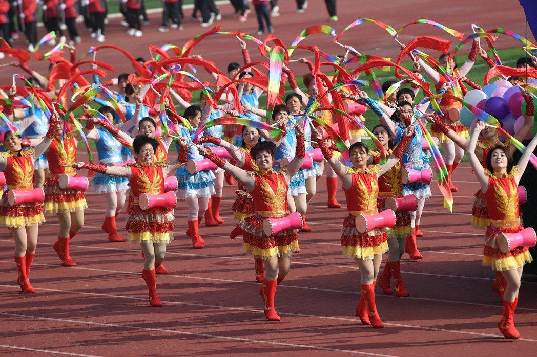 跳大媽廣場舞的人數突破億人,每跳一個新舞,都要換新的服裝和道具,包含教學、直播,...