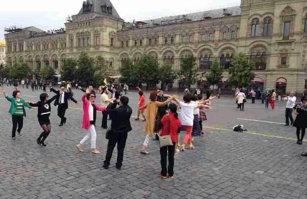 繼廣場舞「攻占」巴黎羅浮宮後,莫斯科的紅場終於「淪陷」,中國大媽的廣場舞引來了莫...
