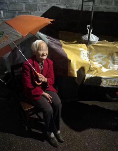 90歲老媽媽雨夜送菜給兒子,卻迷路摔倒。(取材自現代快報)