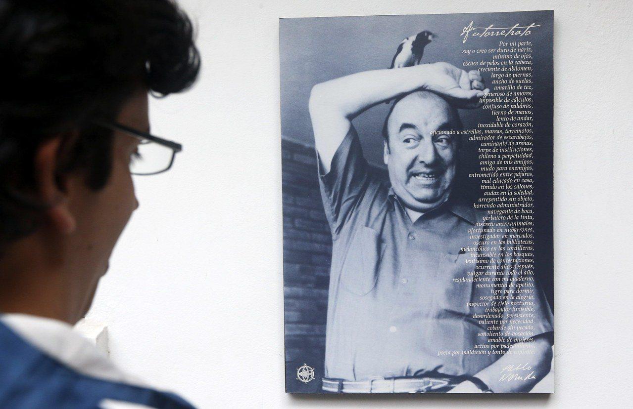 一名遊客在智利聶魯達故居博物館,觀看聶魯達生前照片。(歐新社檔案照) 歐洲圖片新...
