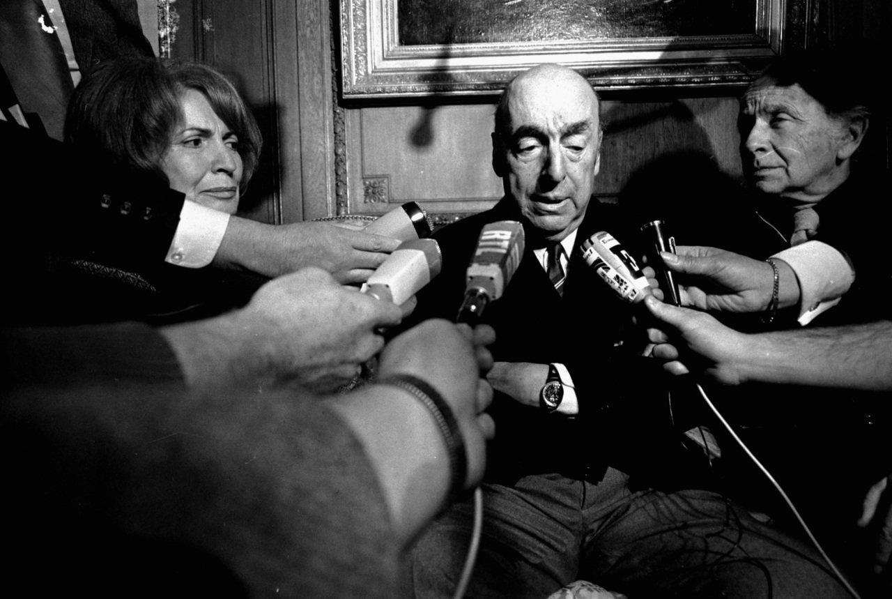 聶魯達1971年獲得諾貝爾文學獎後,在巴黎接受訪問。(美聯社檔案照)