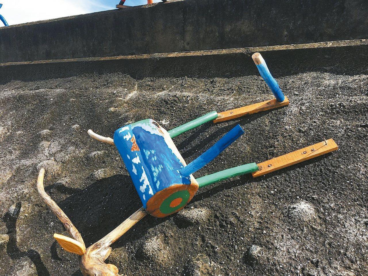 重達3、40公斤的羊被拉扯倒在地上。 圖/比西里岸部落PawPaw鼓樂團提供