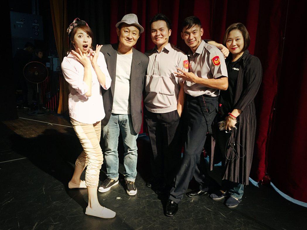 已故劇場大師李國修紀念作「三人行不行」,21日由藝人阿喜(左)、亮哲(右2)、黃