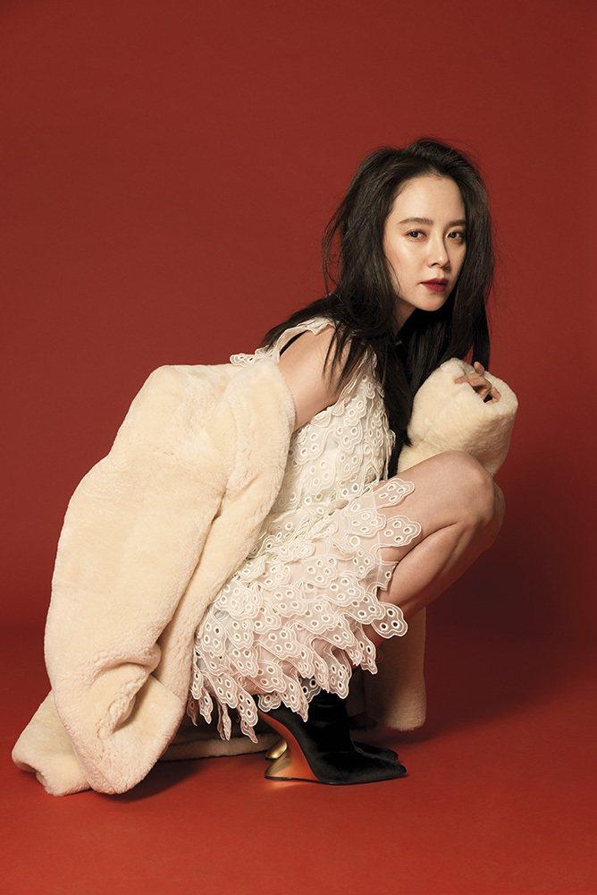 蕾絲層次蛋糕裙短洋裝、羔羊毛大外套(Chloe);金色立體跟黑短靴(Salvat...