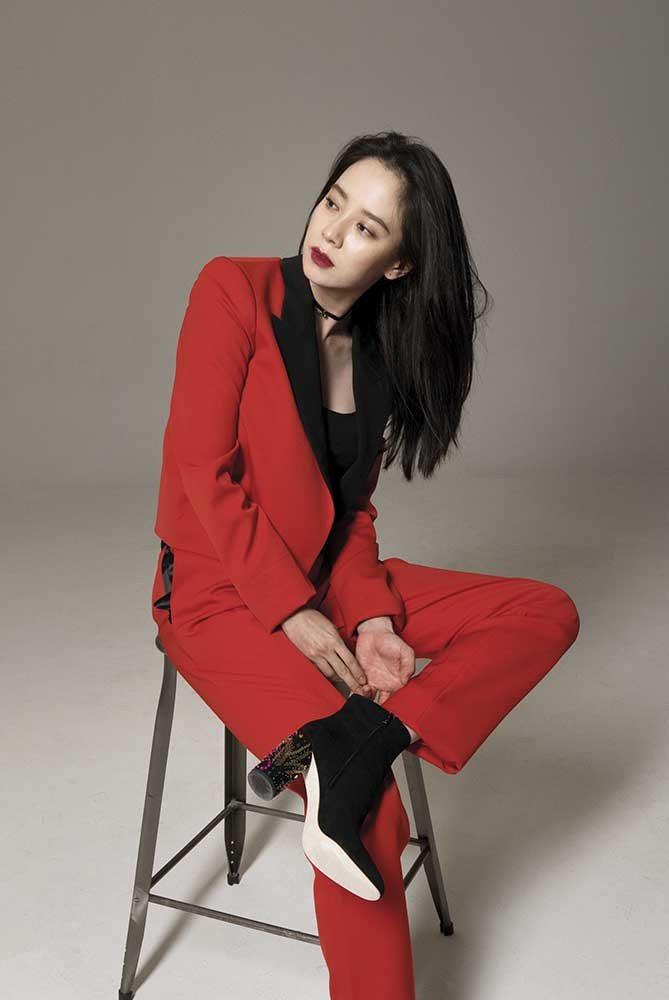 紅色西裝長褲套裝(Lanvin);黑色彈性蕾絲body背心(Saint Laur...