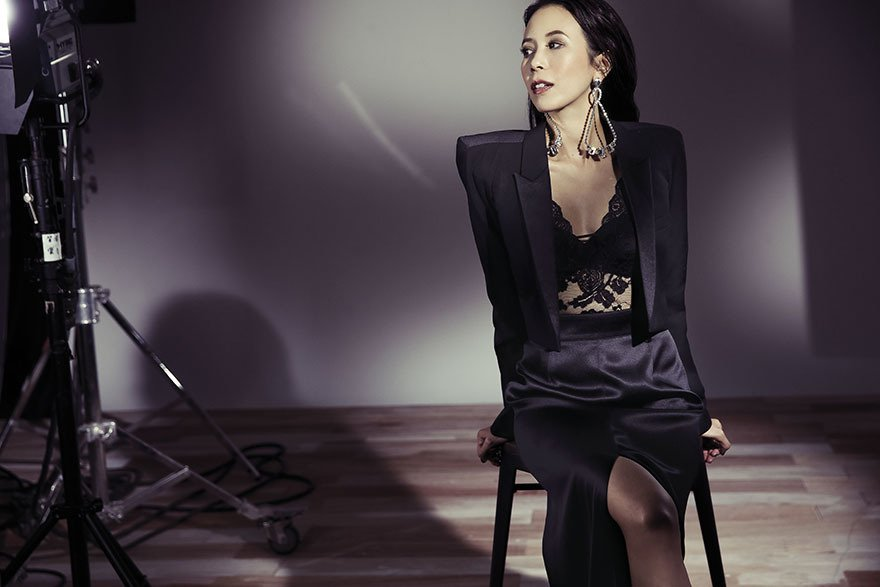 蕾絲背心、短版西裝外套(Saint Laurent);黑色絲質高衩長裙(Prad...