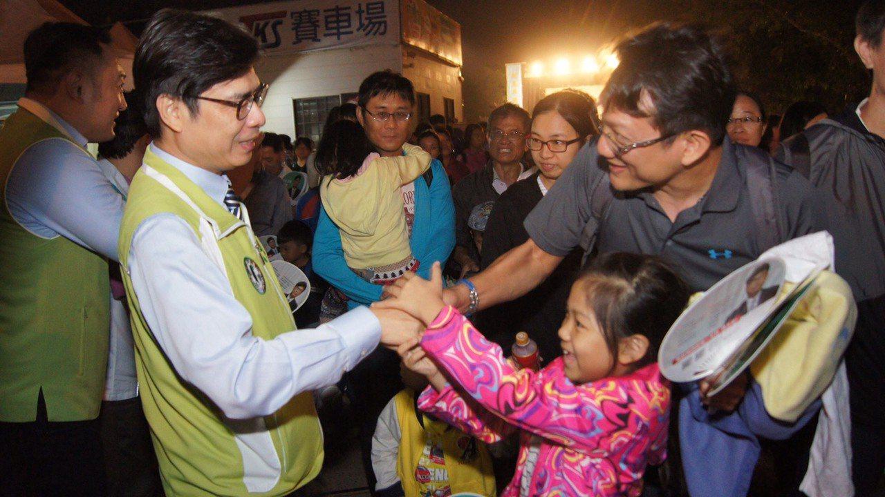 立委陳其邁(前左)和大朋友、小朋友一起觀賞劇團演出,受到歡迎。圖/陳其邁團隊提供...