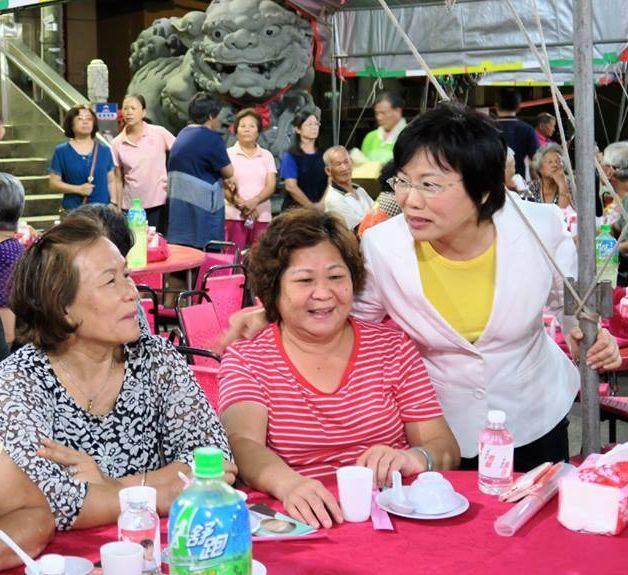 立委劉世芳(右1)趕場重陽敬老活動,親切祝福長輩呷百二。圖/劉世芳團隊提供