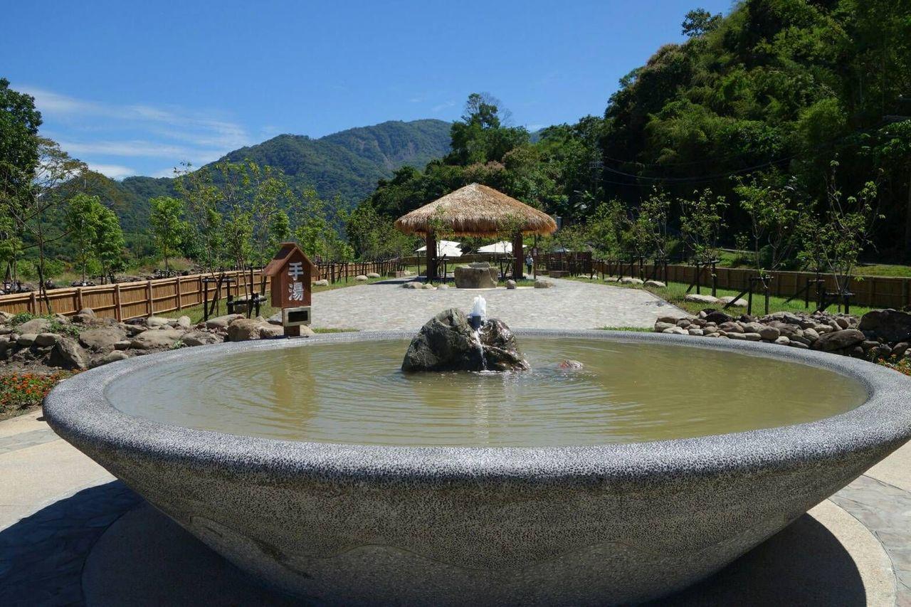 高雄六龜寶來花賞溫泉公園的「手湯」。圖/高雄市觀光局提供