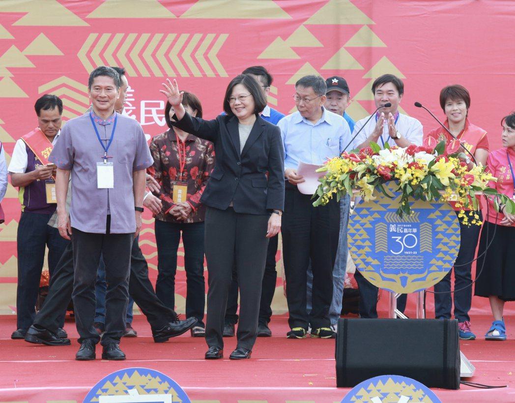 蔡英文總統(前左二)、台北市長柯文哲(右三)、客委會主委李永得(前左一),上午參...