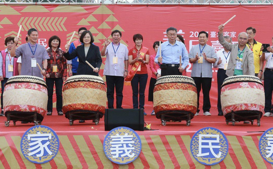蔡英文總統(前左二)、台北市長柯文哲(前右二)、客委會主委李永得(前左一),上午...