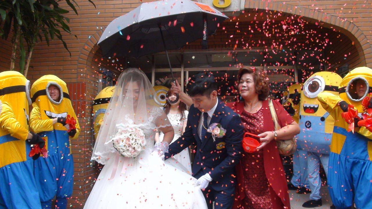 小小兵今天上午出現在高雄鳳山的中崙社區,擔任婚禮迎娶重任。記者謝梅芬/攝影