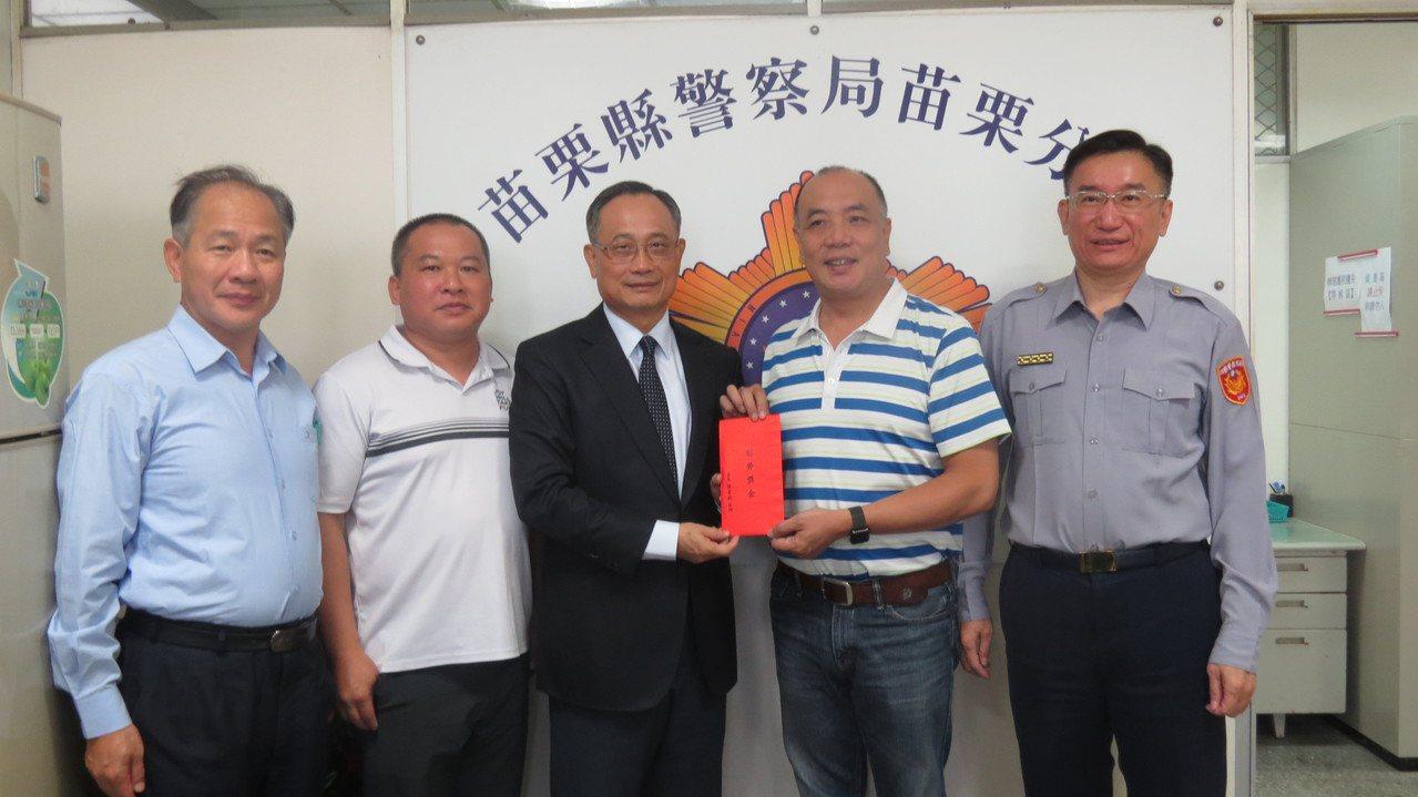 警政署長陳家欽(左三)今天到苗栗分局慰勤,並頒發破案獎金。記者范榮達/攝影