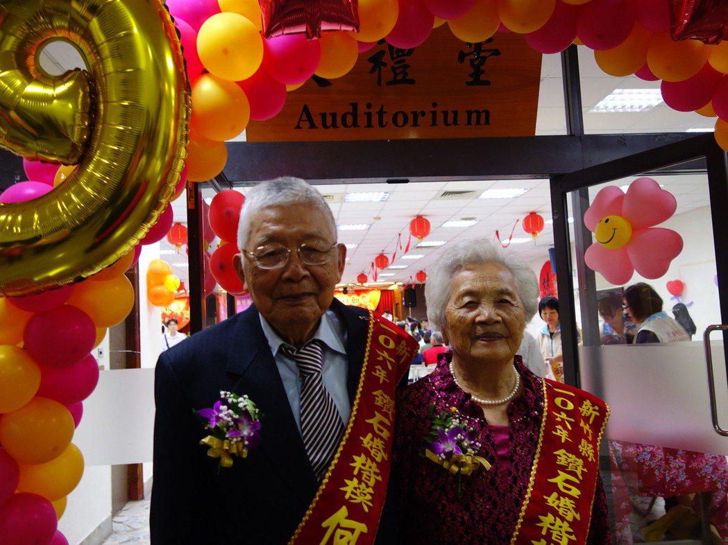 何蘭茂和妻子何李鉢妹從民國36年結婚起,攜手走過70年。記者郭政芬/攝影