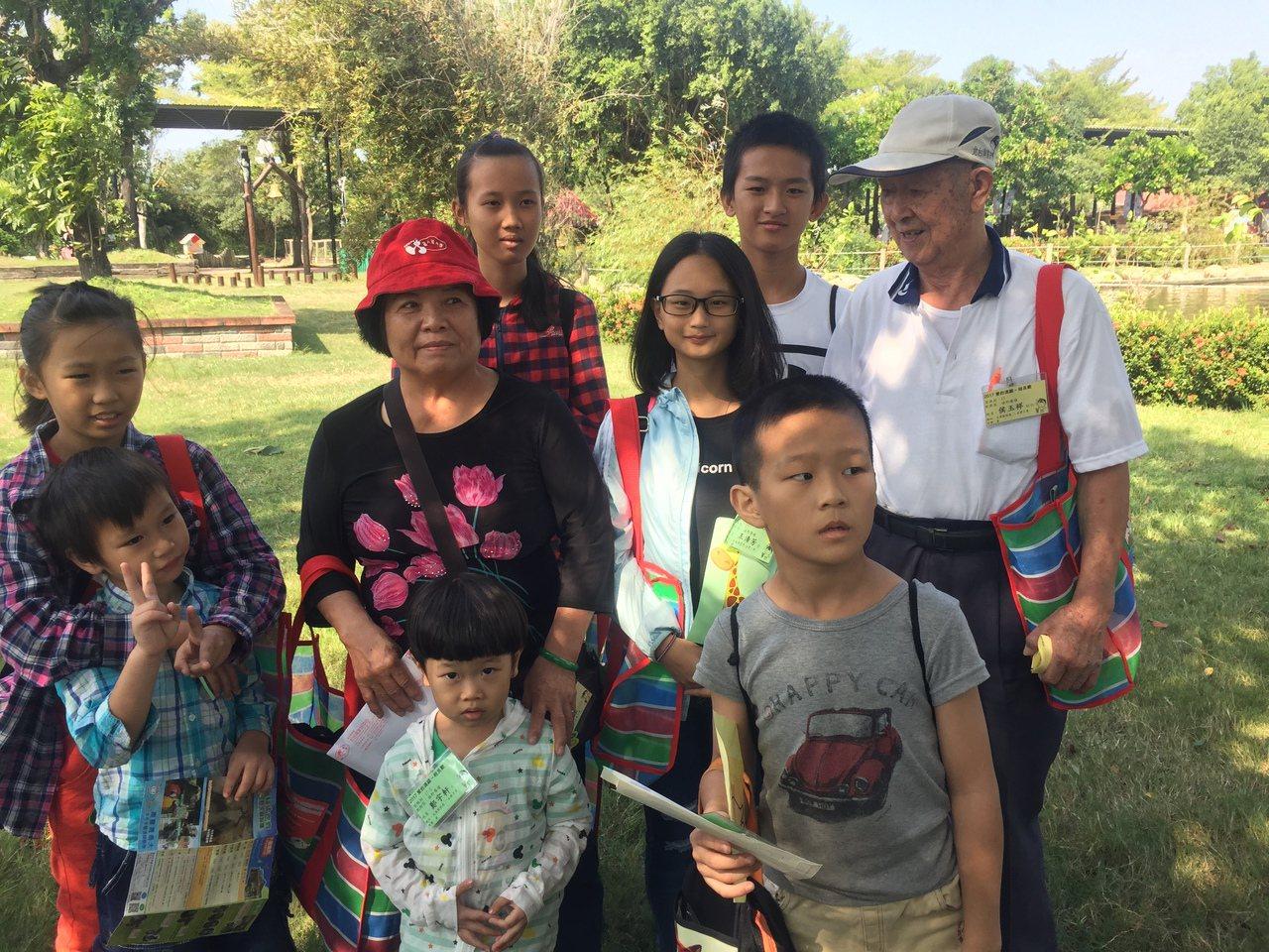 88歲侯玉祥(後排右一)、妻子葉照桂(後排左二),與認養的兒童合照。記者吳政修/...