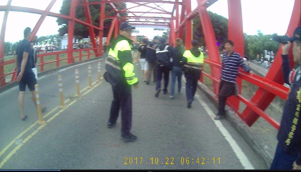 一群從彰化來民眾今天從雲林縣麥寮一路喝到西螺疑似酒後不滿警方,以開車碰撞滋事亂入...