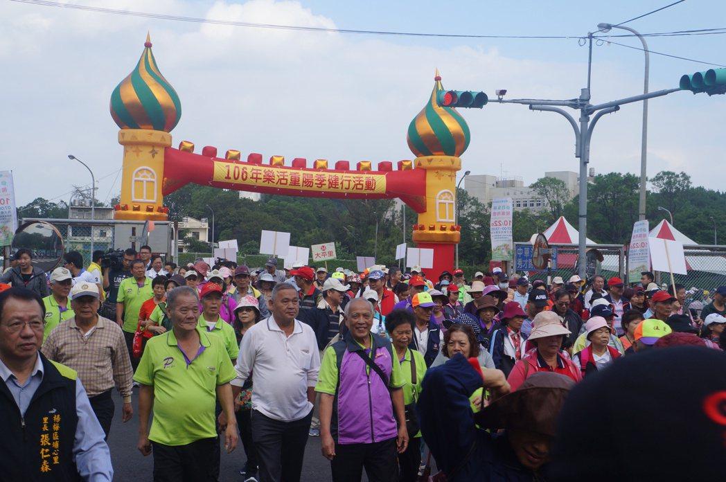 人潮開心出發並走完成來回各4公里的健走活動。圖/桃園市楊梅區公所提供
