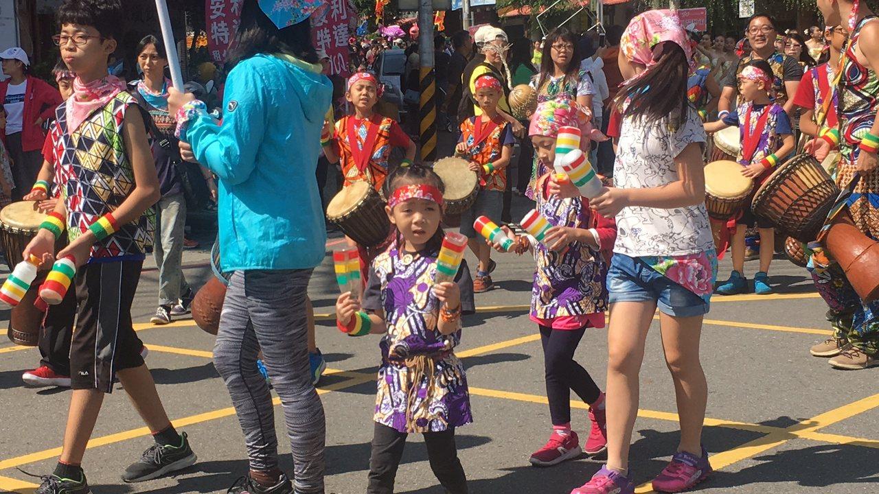 小朋友打非洲鼓踩街。記者陳秋雲/攝影