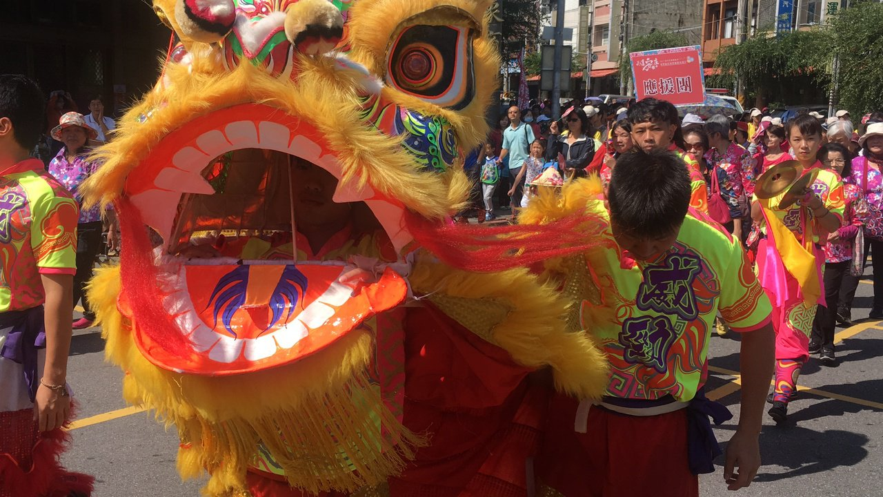 傳統舞龍舞獅鑼鼓聲振奮人心。