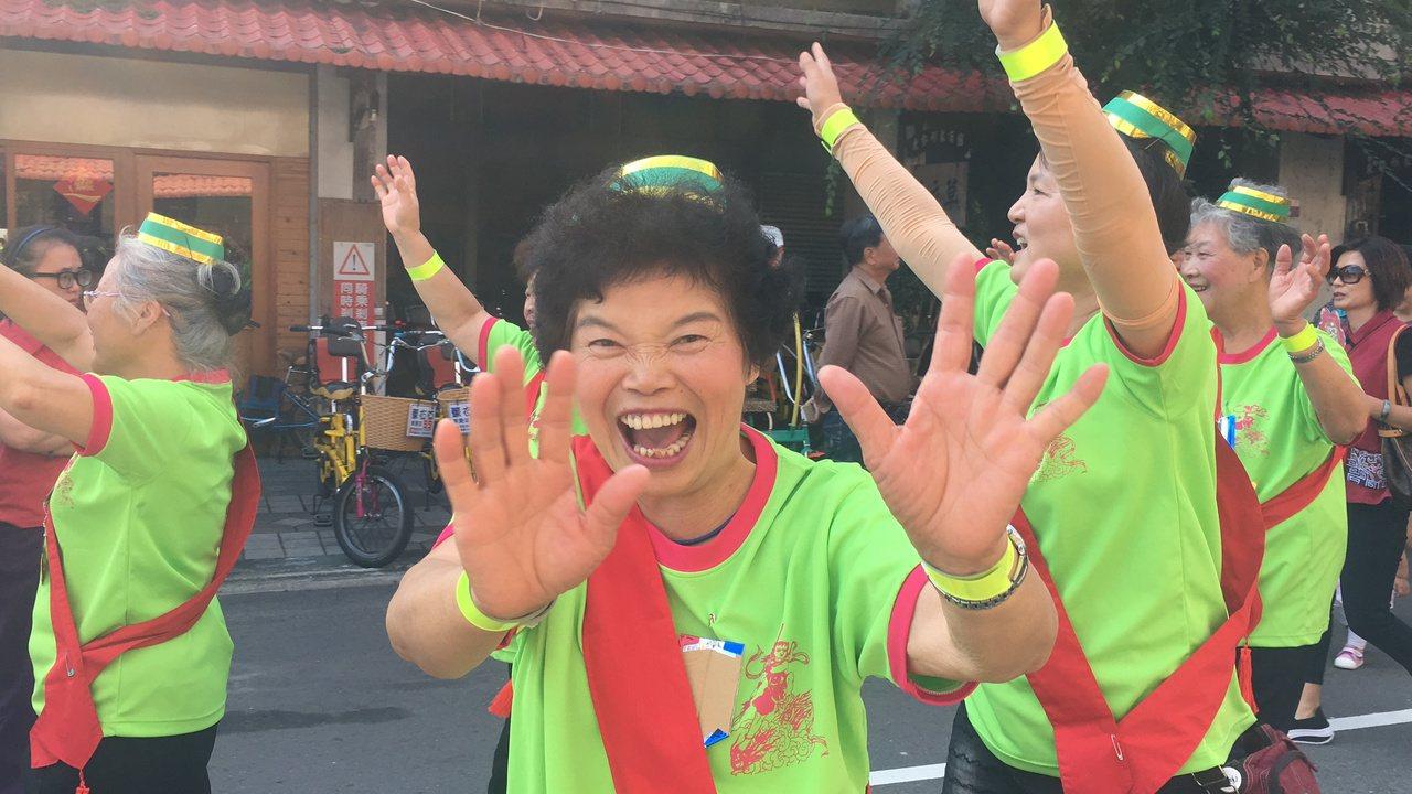 東勢花漾客庄踩街遊行,老老少少都很開心。記者陳秋雲/攝影