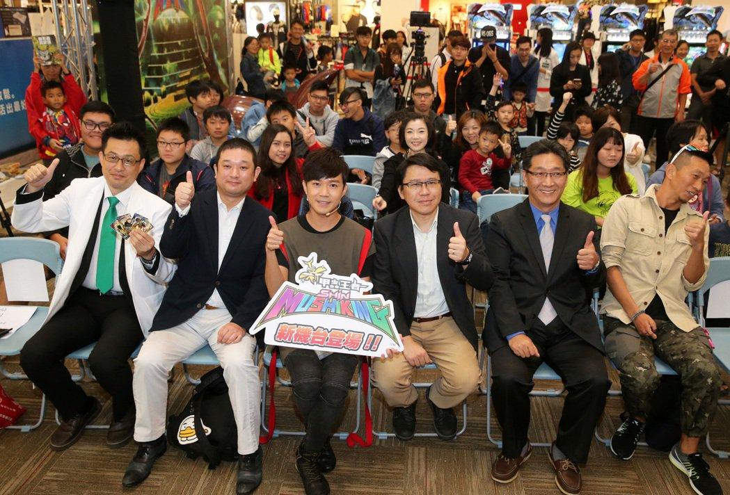 西瓜哥哥(前左三)出席對戰電玩「新甲蟲王者」活動。記者胡經周/攝影