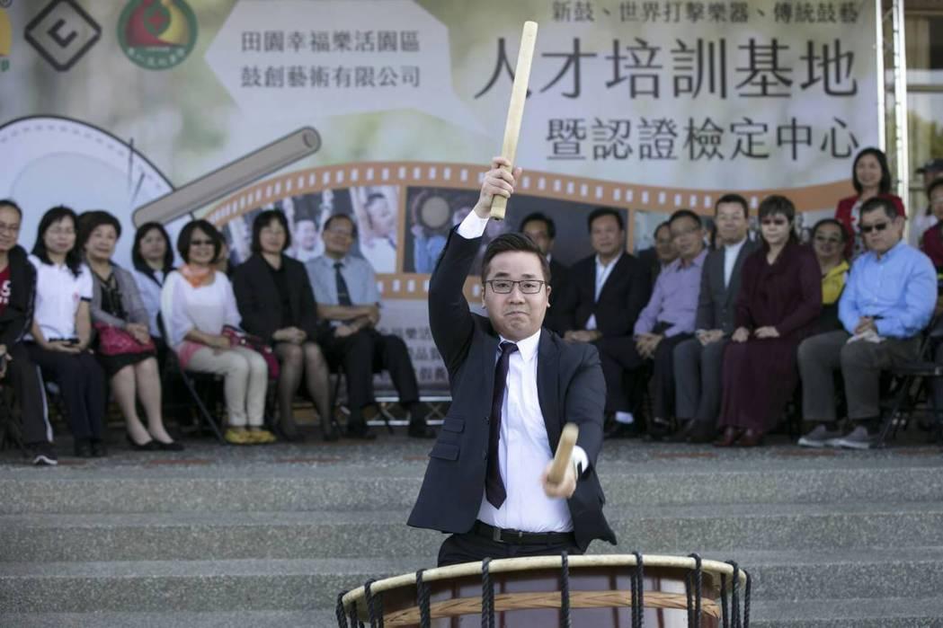 28歲的施宇哲從小在母親徐愫鍈的指導下用心學鼓,退伍後從事太鼓教學,短短五年,已...