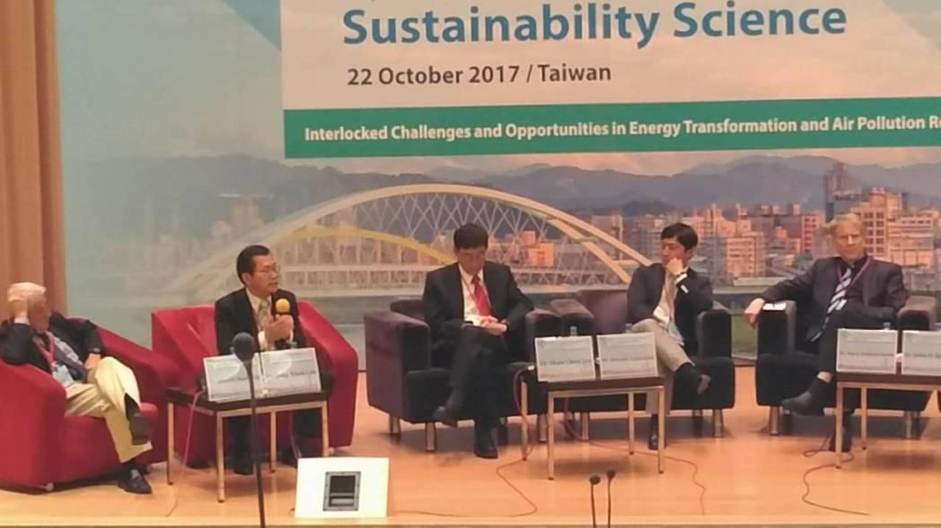 環保署長李應元(左二)投書國際媒體,爭取國際支持台灣加入COP23。記者董俞佳/...