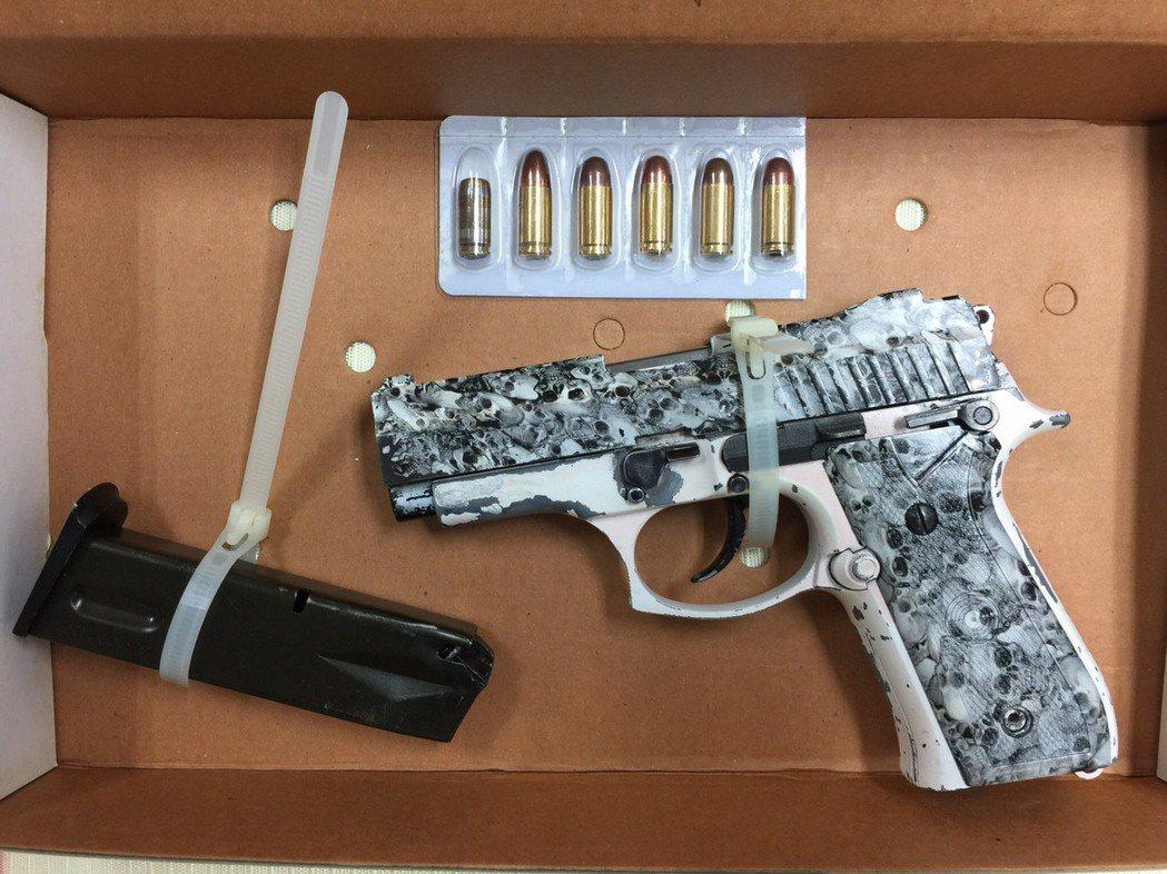 李姓男子彩繪槍枝並分拆零件藏放,試圖規避警方搜查。記者廖炳棋/翻攝