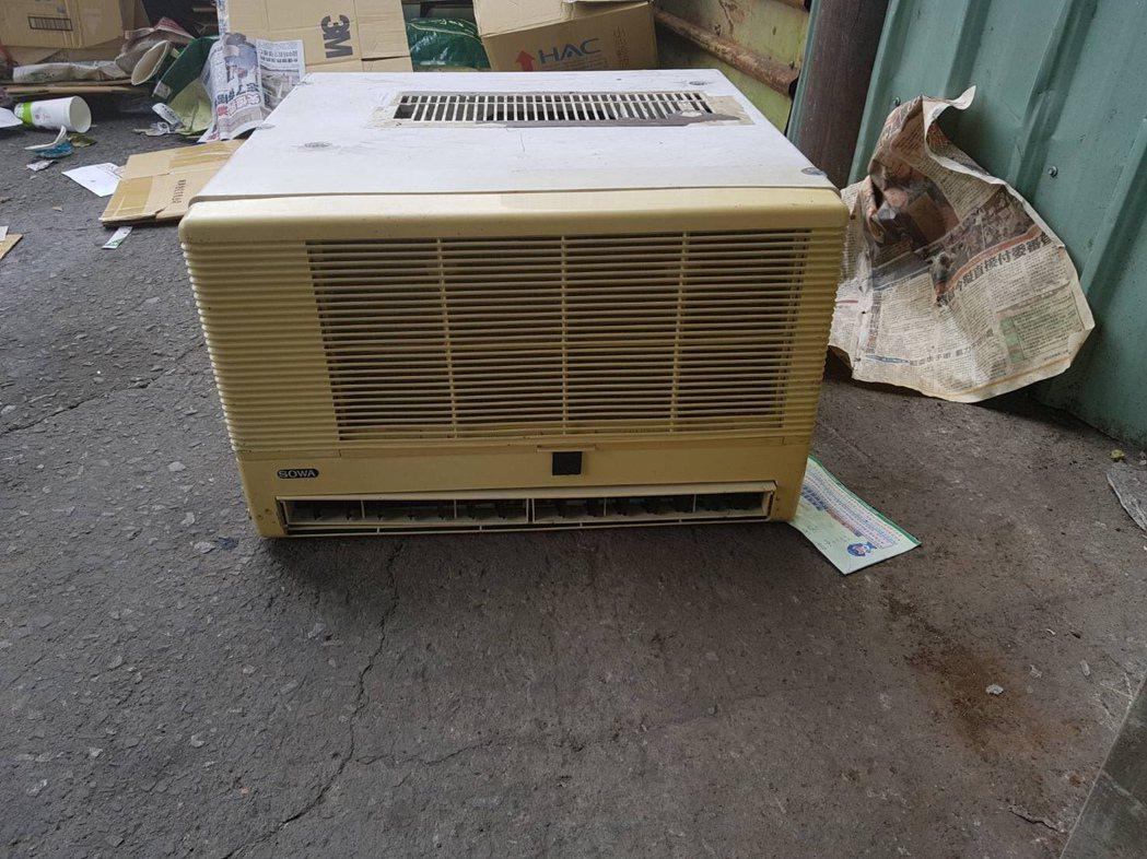 謝姓民眾把剛修好的冷氣機放在家門口曬太陽,竟被搬走。圖/翻攝畫面