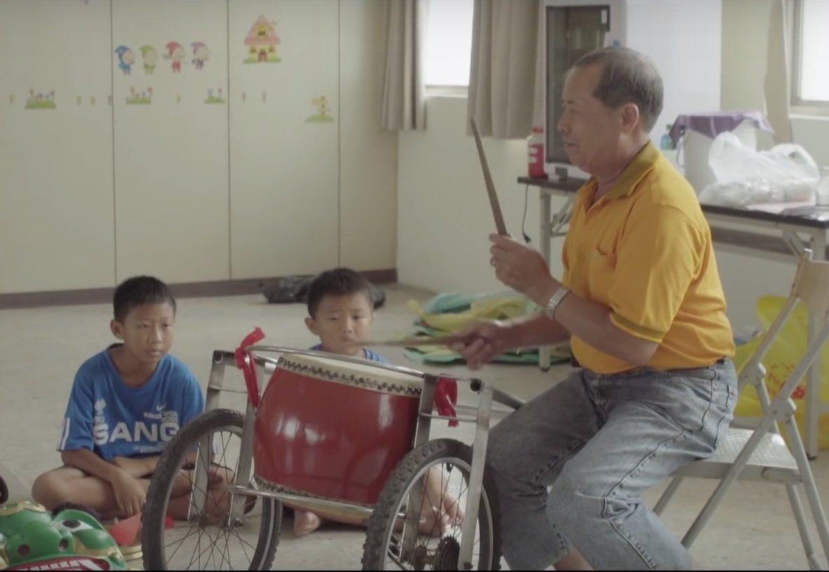 台灣夢基地聘請社區專業人士,規畫多元在地課程,讓學童在學習中找到自己的夢想。圖為...