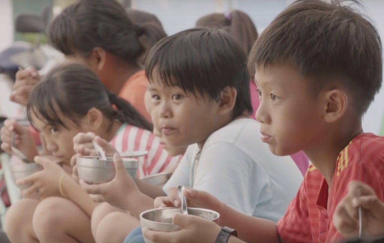 台灣夢基地提供鮮奶、果汁及晚餐,讓不少弱勢家庭的孩子受惠。 圖/中國信託慈善基金...