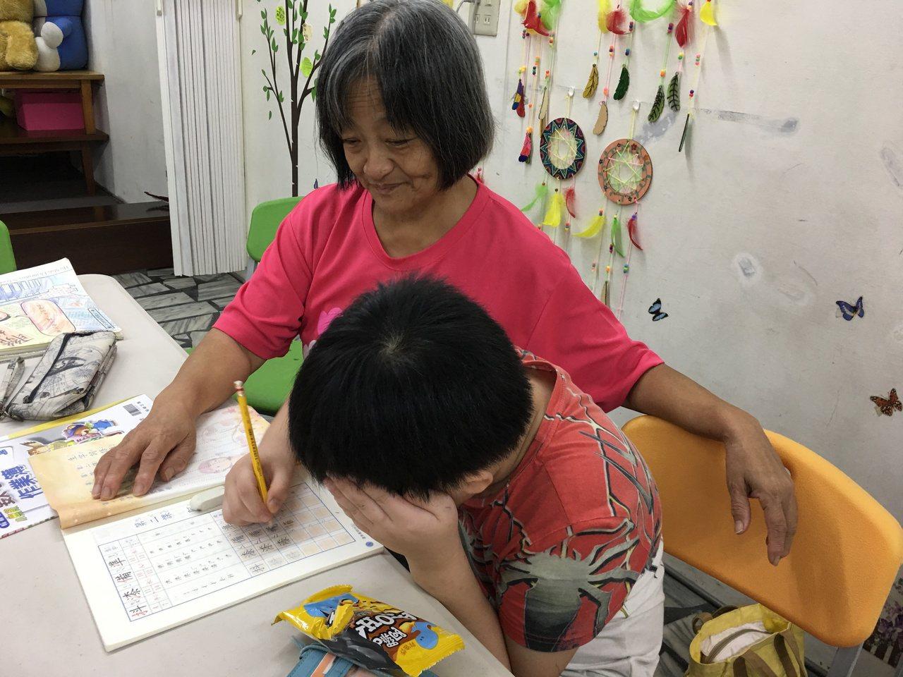 台灣夢基地雖非安親班,但會有志工先陪學童寫完功課,再進行活動。圖為台北市久如社區...