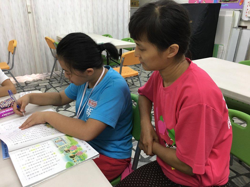 久如社區的學童孩子放學後到台灣夢基地寫功課、吃晚餐,再上地方特色課程。 記者鄧桂...