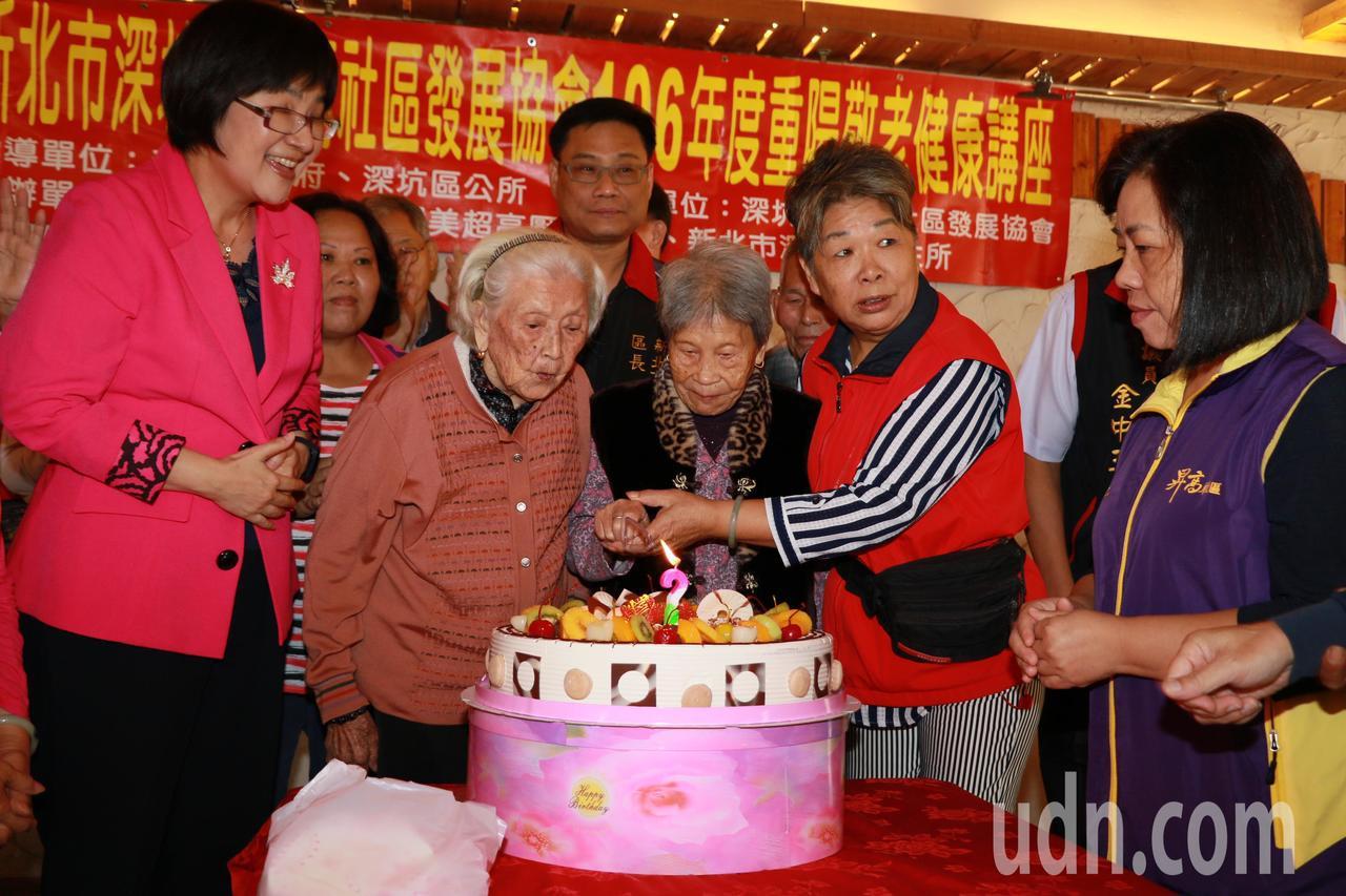 深坑昇高社區邀請長輩們合切蛋糕。記者施鴻基/攝影