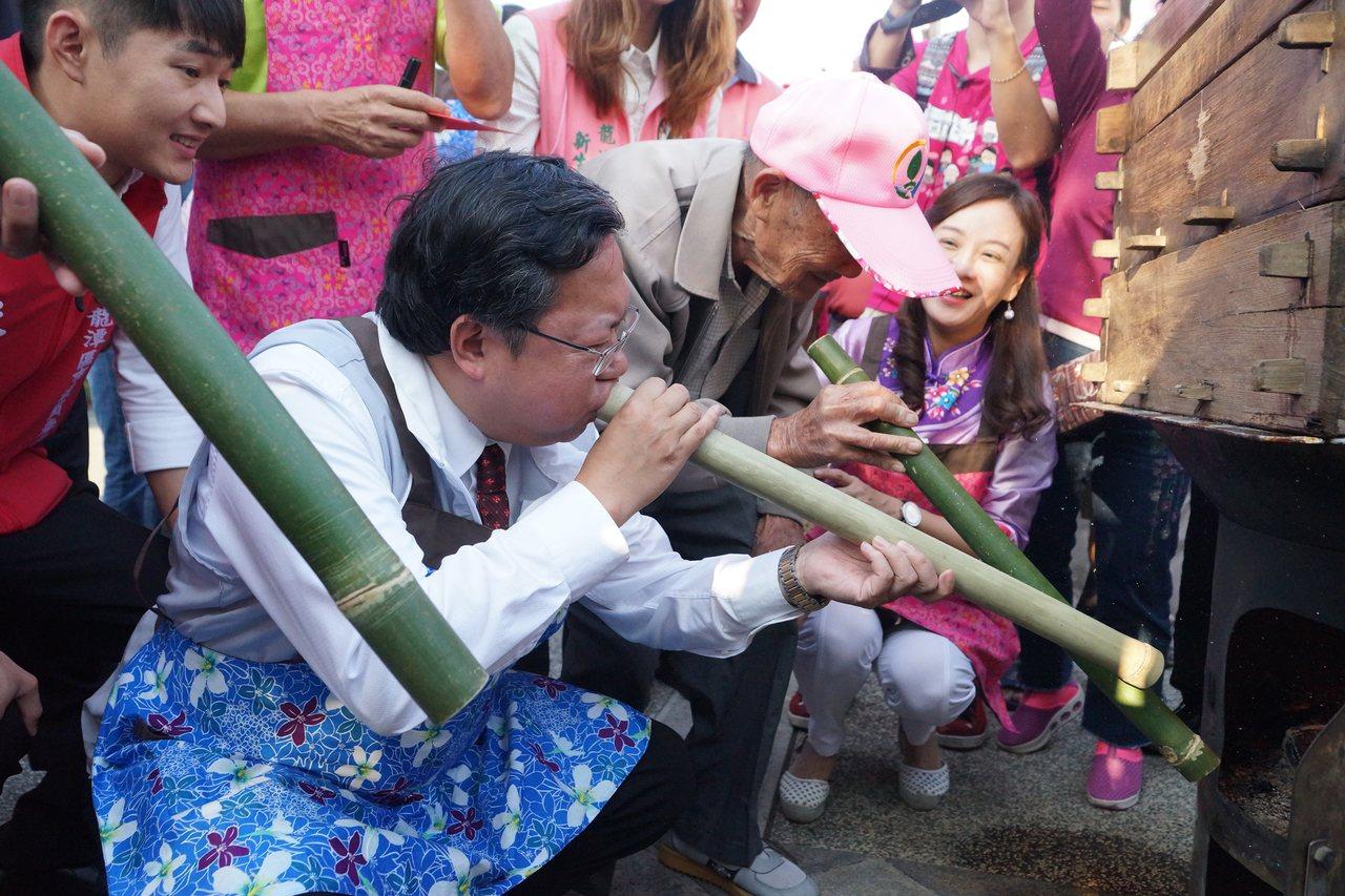 99歲阿公陳阿回和鄭文燦一起用傳統方法升火。圖/桃園市客家事務局提供