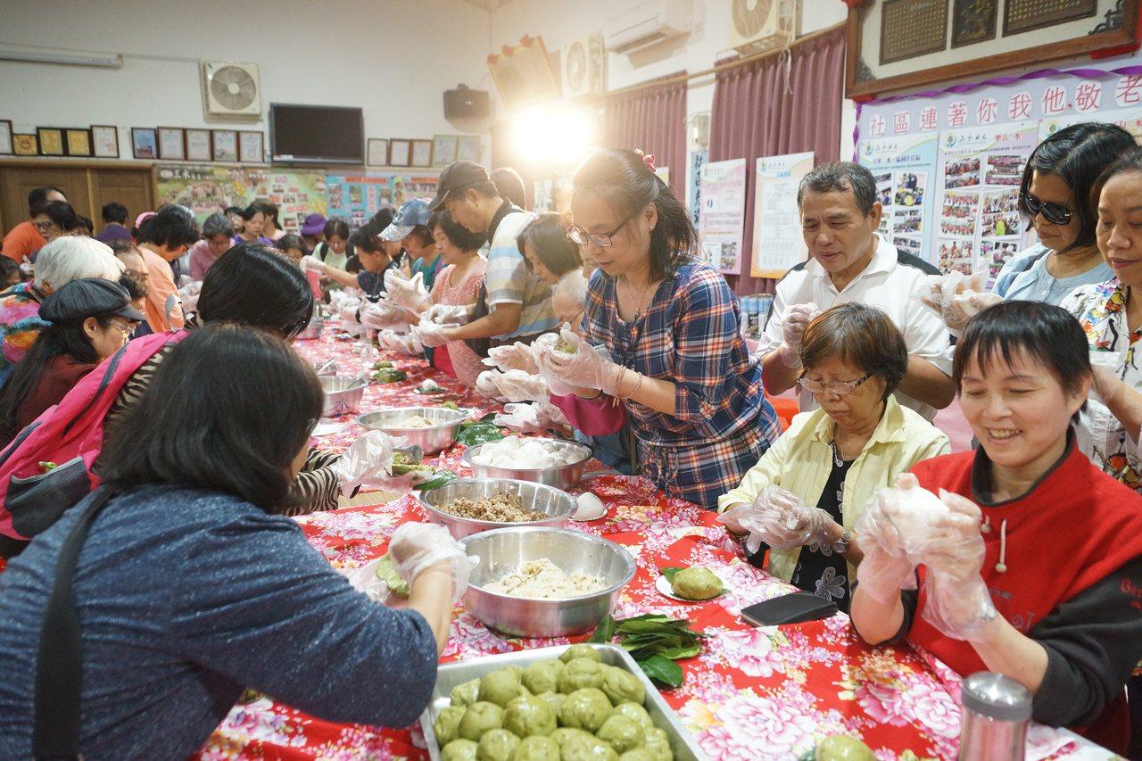 報名客家菜包製作體驗活動的民眾坐滿三水活動中心。圖/桃園市客家事務局提供