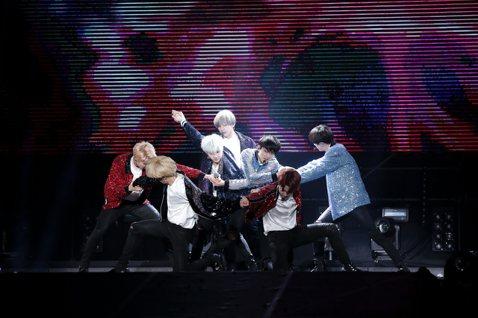 防彈少年團22日在林口體育館開唱,雖然已經是第2天表演,歌迷熱情絲毫不減,場外不少歌迷舉著「求票」標語,希望求得進場機會。他們2場演出吸引近2萬歌迷,威力更勝過去用過相同場地的BIGBANG和CNB...
