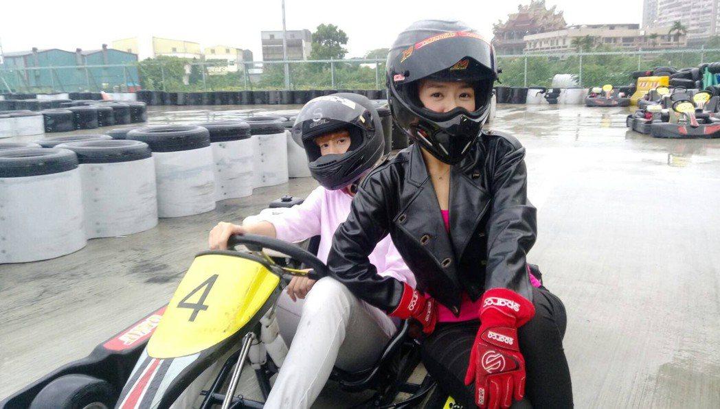 Teddy(左)、李又汝拍「實習醫師鬥格」雨中尬車。圖/民視提供
