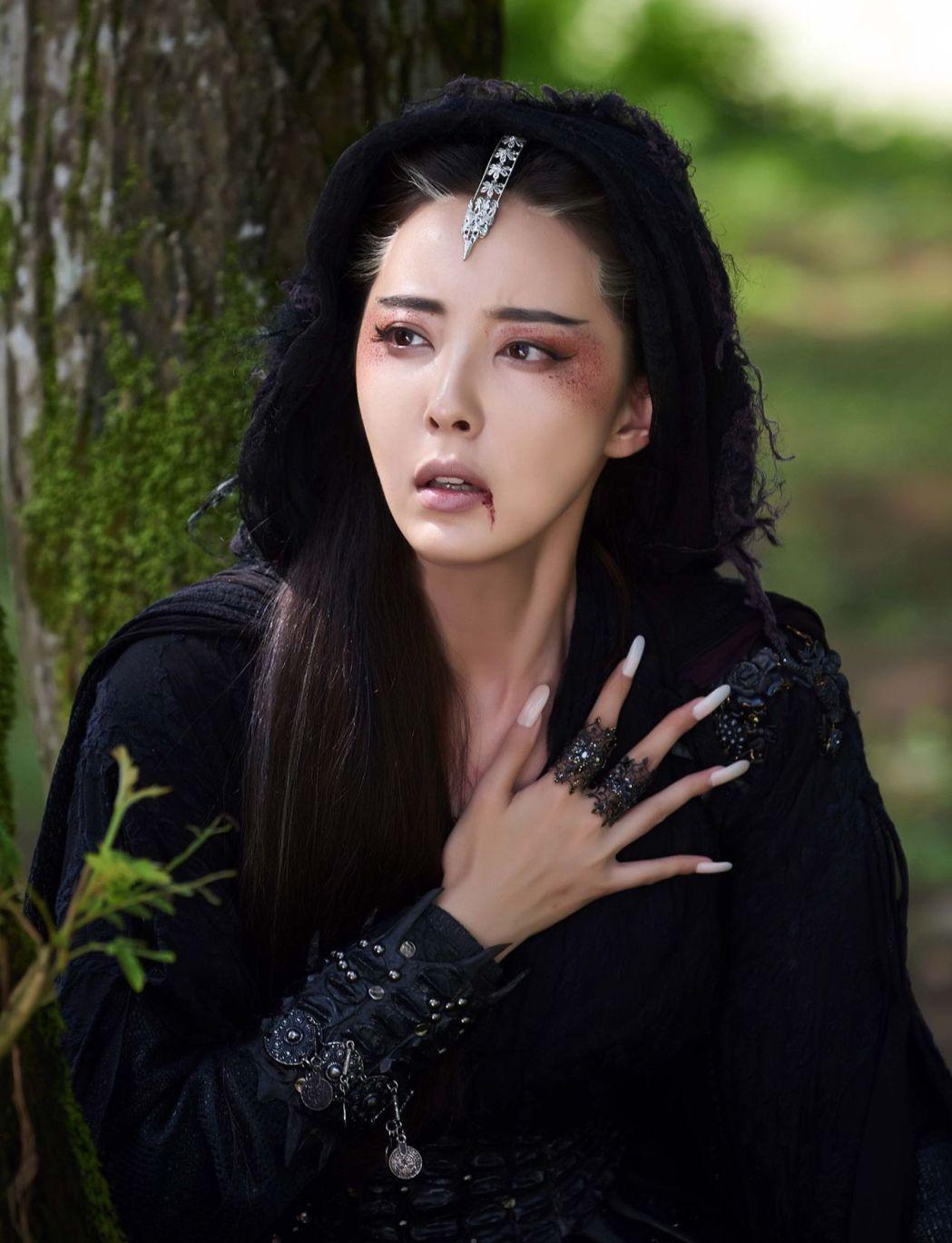 模特兒出身的米露在「射鵰英雄傳2017 」戲中飾演大反派梅超風。圖/中天提供