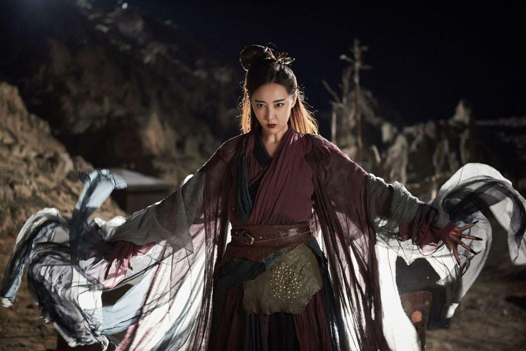 米露飾演的「梅超風」招牌絕招「九陰白骨爪」。圖/中天提供