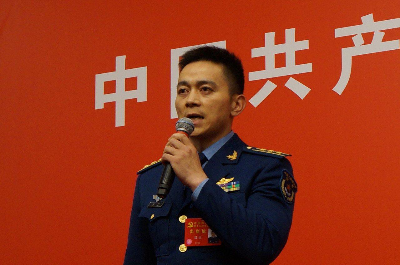 中共空軍航空兵團長劉銳曾於2015年3月駕駛轟-6K轟炸機飛越巴士海峽,遭到我國...