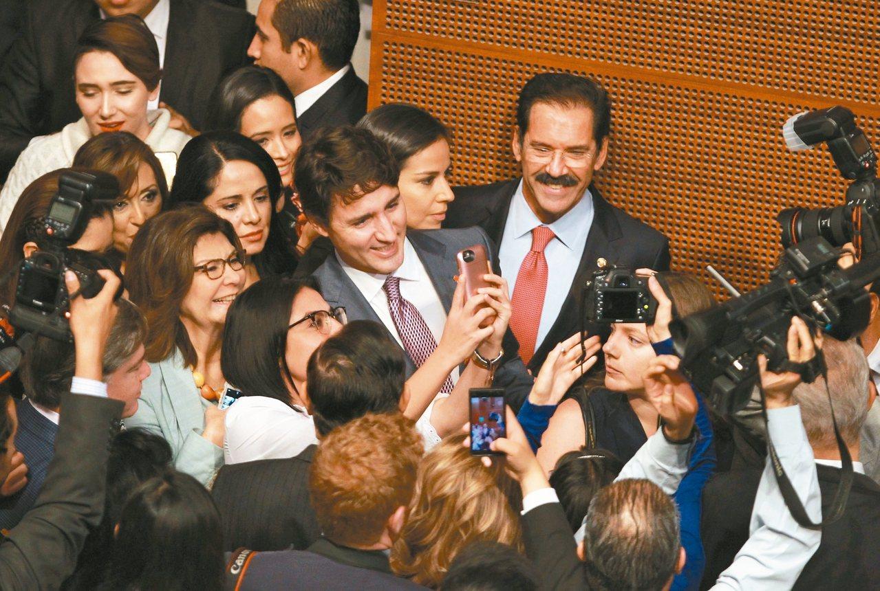 加拿大總理杜魯多13日訪問墨西哥時,受到大批女性閣員熱烈歡迎。杜魯多建議在北美自...