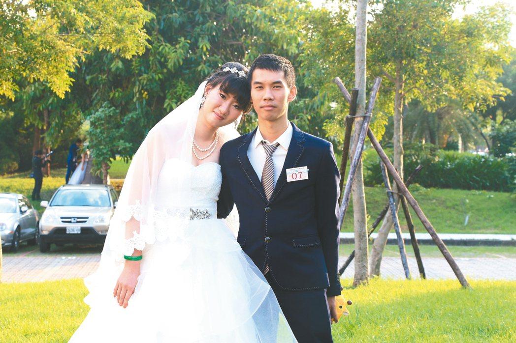 台北市聯合婚禮有一對新人李尚倫(右)和謝佩樺(左)是高中班對,因一次意外女方失去...