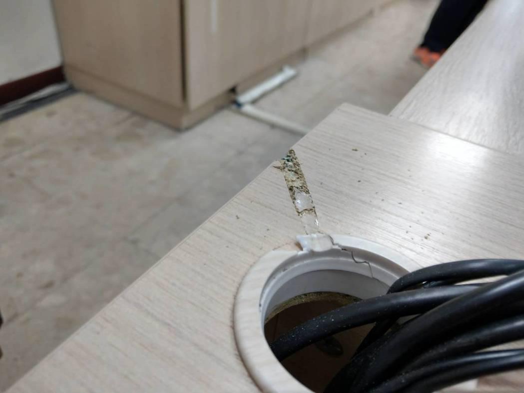 子彈擦過桌面留下彈痕。記者江孟謙/翻攝