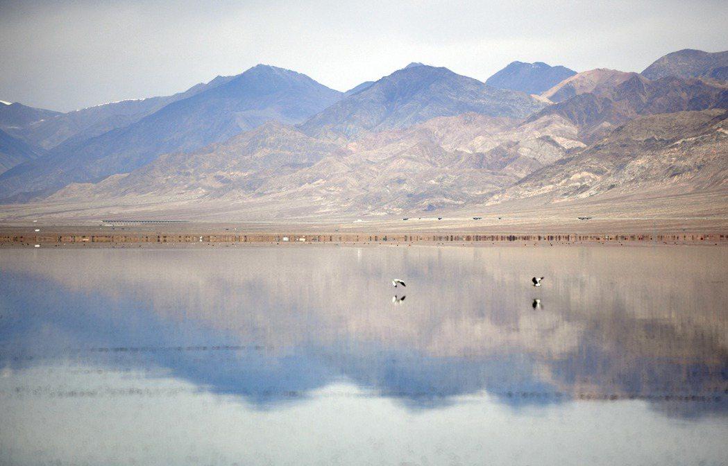 秋日裏的大美青海小柴旦湖。 新華社照片