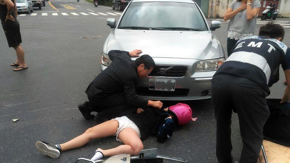 嘉義市長涂醒哲是醫師出身,他跑行程途中遇見車禍,立即停車檢查傷患。 圖/嘉義市政...