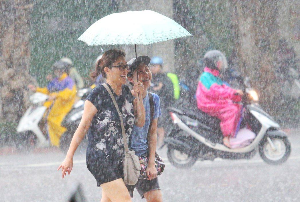 (與本文當事人無關)母女同撐一把傘過馬路。本報資料照/記者陳正興攝影