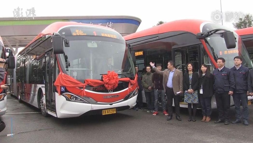北京1路新運營的「中國紅」純電動公交車。(視頻截圖)